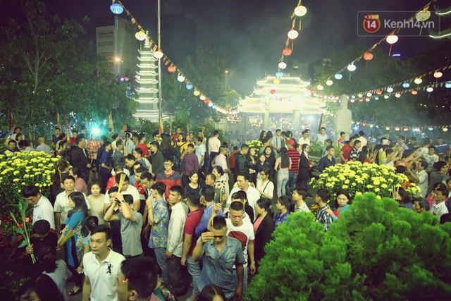 Chùm ảnh: Người Sài Gòn nườm nượp đi chùa cầu bình an ngày đầu năm mới Mậu Tuất 2018 - Ảnh 16.