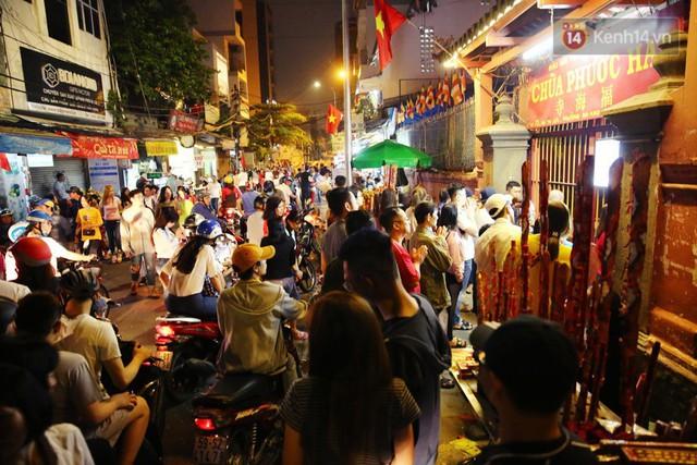 Chùm ảnh: Người Sài Gòn nườm nượp đi chùa cầu bình an ngày đầu năm mới Mậu Tuất 2018 - Ảnh 19.