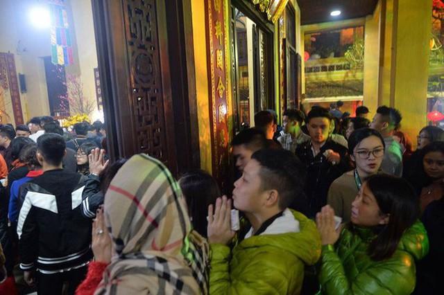 Chùm ảnh người dân tấp nập đi lễ chùa sau phút giao thừa xuân Mậu Tuất - Ảnh 20.