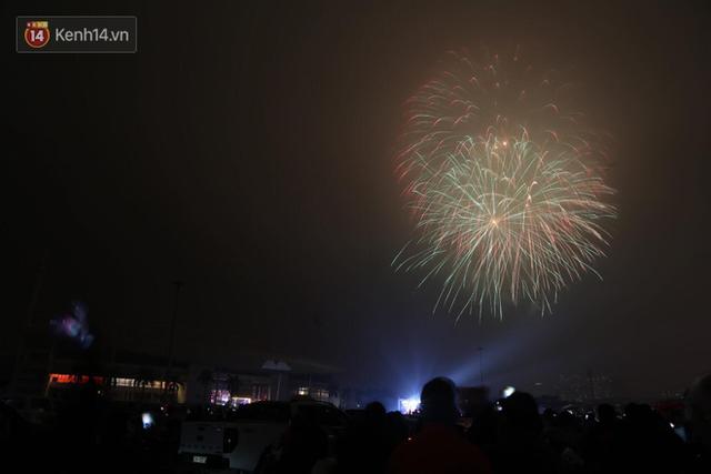 Người Sài Gòn - Hà Nội mãn nhãn với những loạt pháo hoa đầy màu sắc trong thời khắc chuyển giao năm mới 2018 - Ảnh 3.