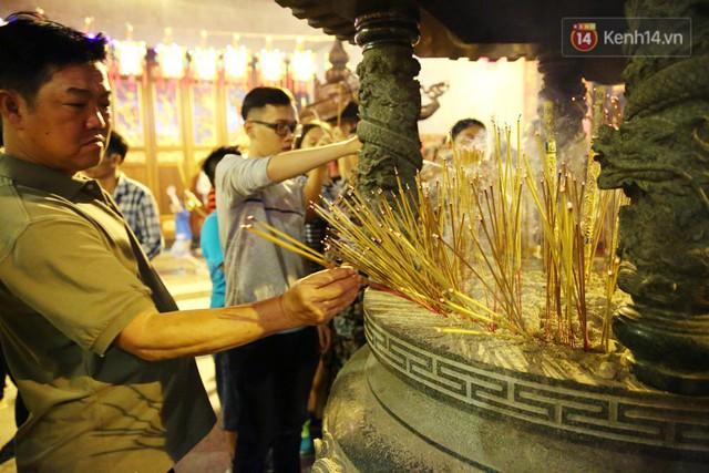 Chùm ảnh: Người Sài Gòn nườm nượp đi chùa cầu bình an ngày đầu năm mới Mậu Tuất 2018 - Ảnh 3.
