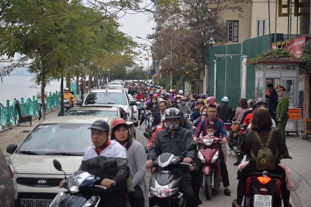 Mùng 1 đẹp trời, người Hà Nội đổ ra đường du xuân, nhiều phố tắc nghẽn - Ảnh 3.
