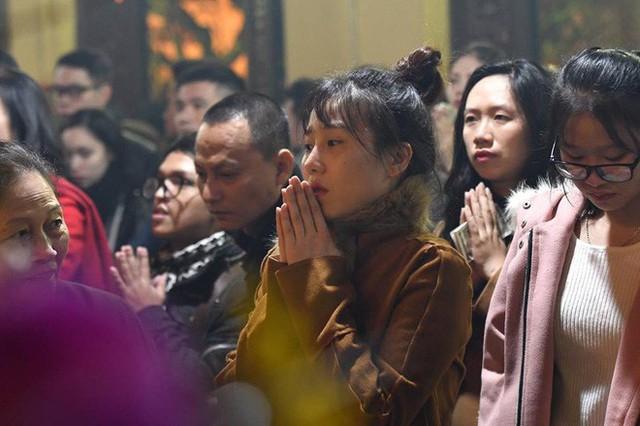 Chùm ảnh người dân tấp nập đi lễ chùa sau phút giao thừa xuân Mậu Tuất - Ảnh 21.