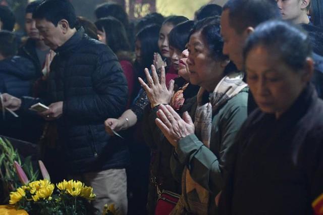Chùm ảnh người dân tấp nập đi lễ chùa sau phút giao thừa xuân Mậu Tuất - Ảnh 22.