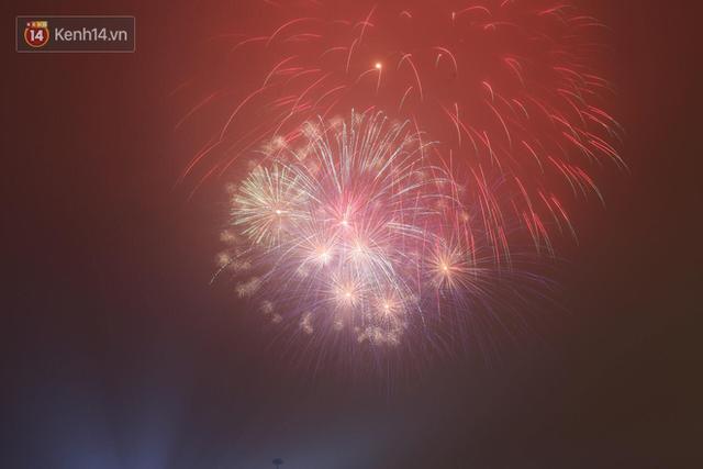 Người Sài Gòn - Hà Nội mãn nhãn với những loạt pháo hoa đầy màu sắc trong thời khắc chuyển giao năm mới 2018 - Ảnh 4.