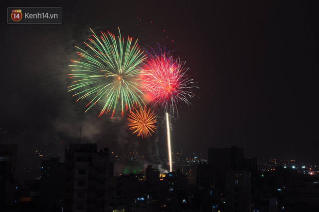 Người Sài Gòn - Hà Nội mãn nhãn với những loạt pháo hoa đầy màu sắc trong thời khắc chuyển giao năm mới 2018 - Ảnh 5.
