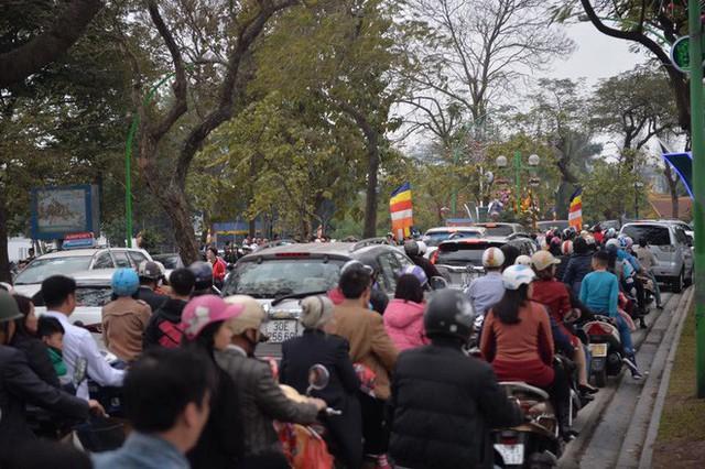 Mùng 1 đẹp trời, người Hà Nội đổ ra đường du xuân, nhiều phố tắc nghẽn - Ảnh 5.