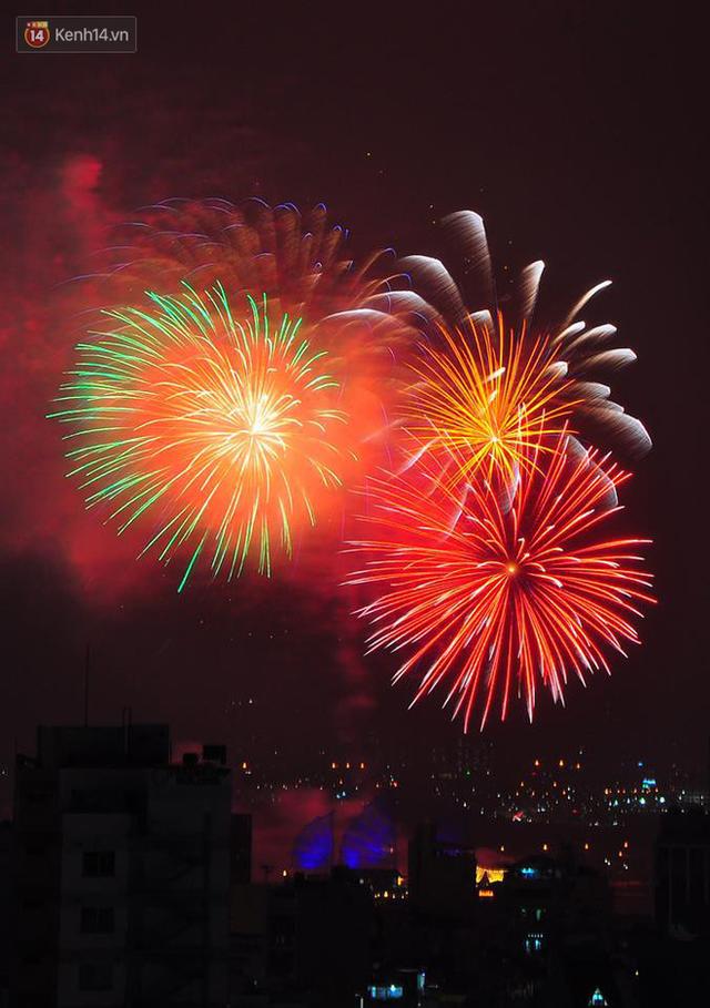 Người Sài Gòn - Hà Nội mãn nhãn với những loạt pháo hoa đầy màu sắc trong thời khắc chuyển giao năm mới 2018 - Ảnh 6.