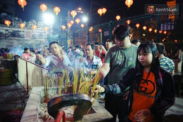 Chùm ảnh: Người Sài Gòn nườm nượp đi chùa cầu bình an ngày đầu năm mới Mậu Tuất 2018 - Ảnh 6.