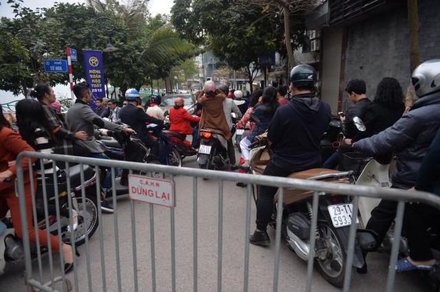 Mùng 1 đẹp trời, người Hà Nội đổ ra đường du xuân, nhiều phố tắc nghẽn - Ảnh 6.