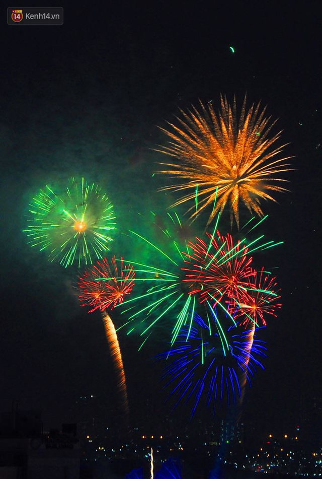 Người Sài Gòn - Hà Nội mãn nhãn với những loạt pháo hoa đầy màu sắc trong thời khắc chuyển giao năm mới 2018 - Ảnh 8.