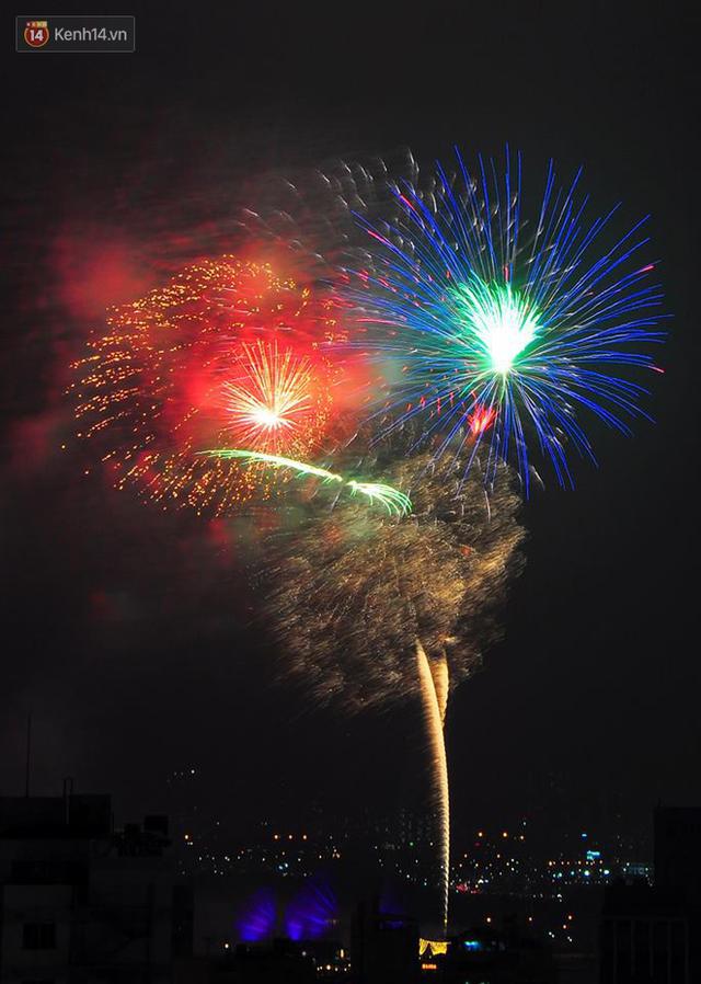 Người Sài Gòn - Hà Nội mãn nhãn với những loạt pháo hoa đầy màu sắc trong thời khắc chuyển giao năm mới 2018 - Ảnh 9.