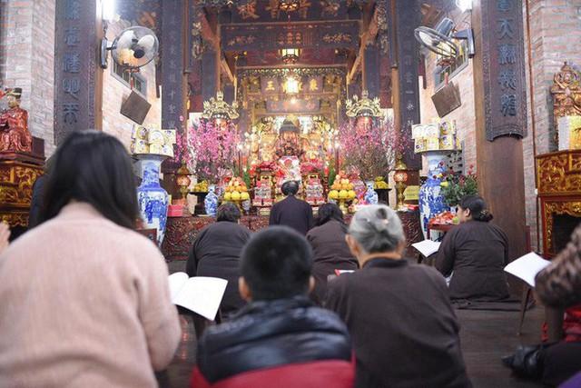 Chùm ảnh người dân tấp nập đi lễ chùa sau phút giao thừa xuân Mậu Tuất - Ảnh 9.