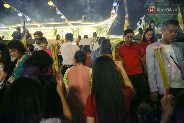 Chùm ảnh: Người Sài Gòn nườm nượp đi chùa cầu bình an ngày đầu năm mới Mậu Tuất 2018 - Ảnh 10.