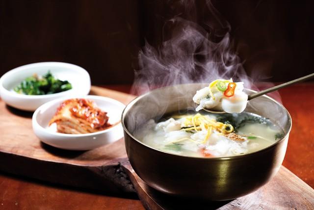 Vì sao vào dịp năm mới người Hàn Quốc đều ăn canh bánh gạo Tteok kuk? - Ảnh 1.