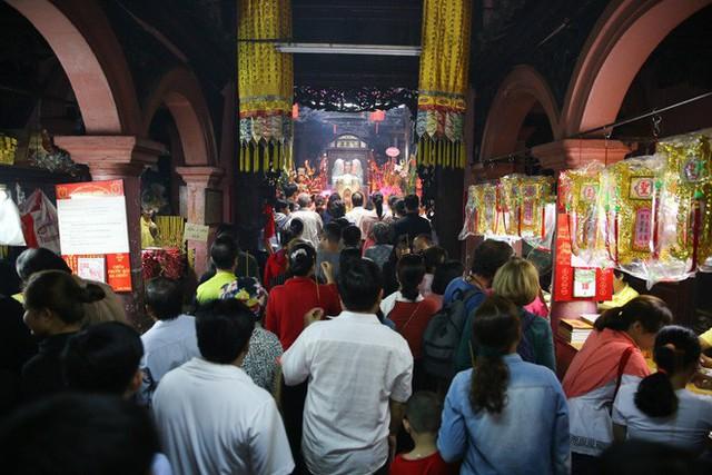Mồng 3 Tết, người Sài Gòn đi chùa, úp mặt trò chuyện với tường đá trong ngôi đền Ấn giáo trăm tuổi - Ảnh 2.