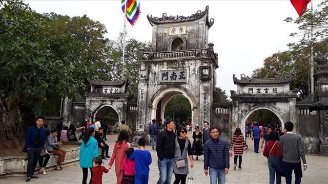 Đền Trần Nam Định tấp nập người đi lễ cầu may đầu năm - Ảnh 1.