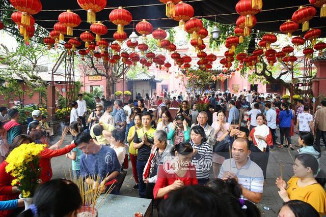 Người dân ùn ùn rủ nhau đến 4 ngôi chùa xóa ế nổi tiếng nhất Sài Gòn cầu duyên - Ảnh 12.