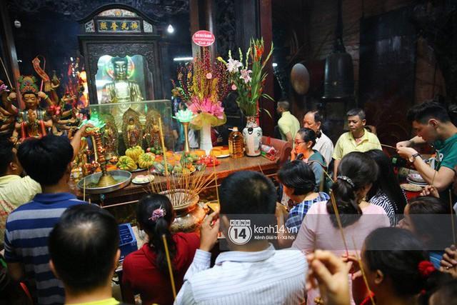 Người dân ùn ùn rủ nhau đến 4 ngôi chùa xóa ế nổi tiếng nhất Sài Gòn cầu duyên - Ảnh 13.