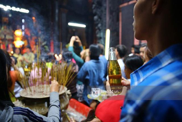 Người dân ùn ùn rủ nhau đến 4 ngôi chùa xóa ế nổi tiếng nhất Sài Gòn cầu duyên - Ảnh 14.