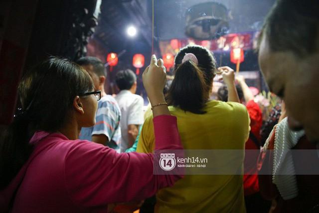 Người dân ùn ùn rủ nhau đến 4 ngôi chùa xóa ế nổi tiếng nhất Sài Gòn cầu duyên - Ảnh 16.