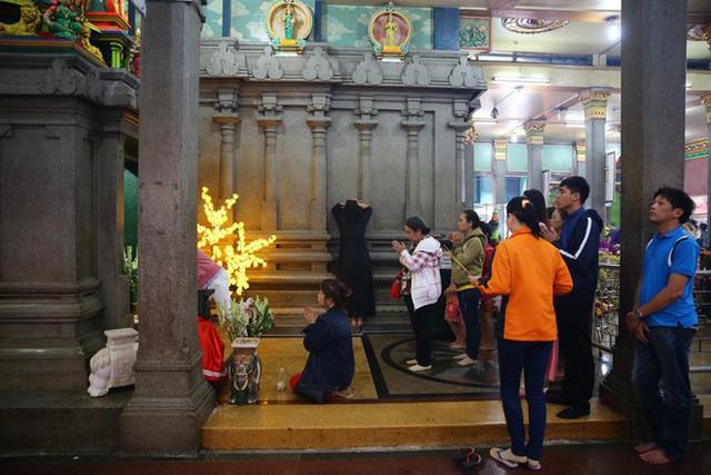 Mồng 3 Tết, người Sài Gòn đi chùa, úp mặt trò chuyện với tường đá trong ngôi đền Ấn giáo trăm tuổi - Ảnh 3.