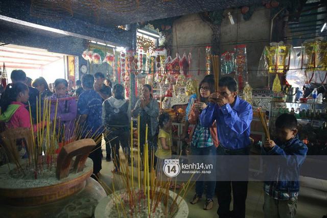 Người dân ùn ùn rủ nhau đến 4 ngôi chùa xóa ế nổi tiếng nhất Sài Gòn cầu duyên - Ảnh 3.