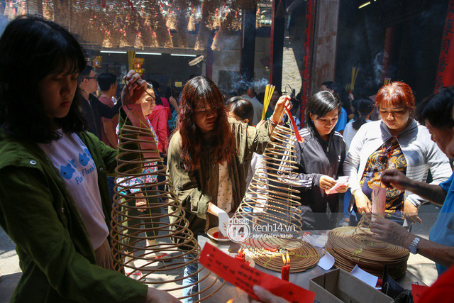 Người dân ùn ùn rủ nhau đến 4 ngôi chùa xóa ế nổi tiếng nhất Sài Gòn cầu duyên - Ảnh 27.