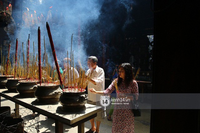 Người dân ùn ùn rủ nhau đến 4 ngôi chùa xóa ế nổi tiếng nhất Sài Gòn cầu duyên - Ảnh 28.