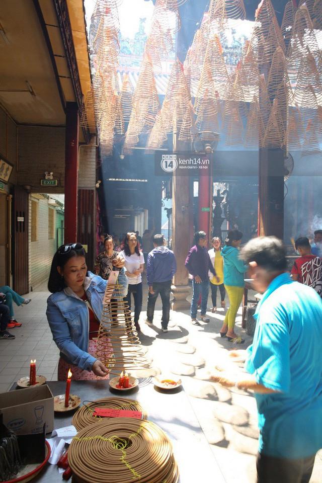 Người dân ùn ùn rủ nhau đến 4 ngôi chùa xóa ế nổi tiếng nhất Sài Gòn cầu duyên - Ảnh 29.