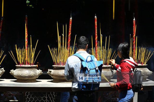 Người dân ùn ùn rủ nhau đến 4 ngôi chùa xóa ế nổi tiếng nhất Sài Gòn cầu duyên - Ảnh 30.
