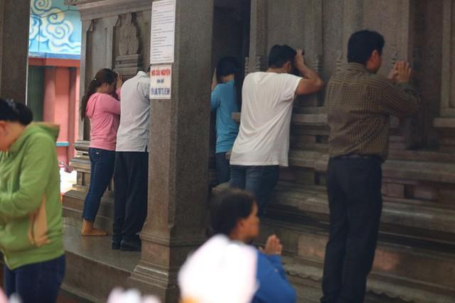 Mồng 3 Tết, người Sài Gòn đi chùa, úp mặt trò chuyện với tường đá trong ngôi đền Ấn giáo trăm tuổi - Ảnh 4.