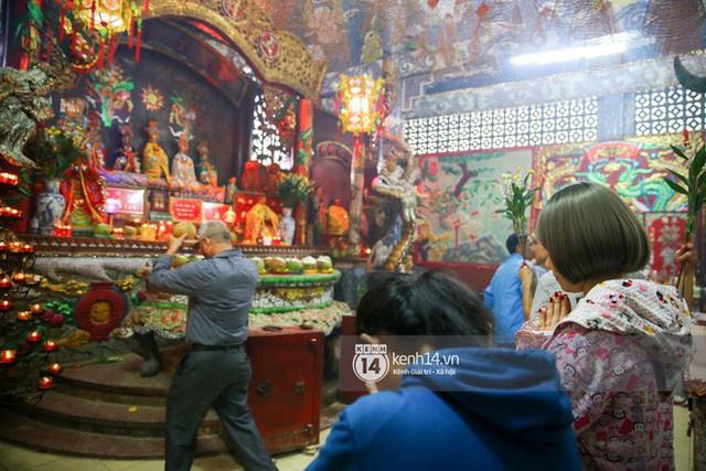 Người dân ùn ùn rủ nhau đến 4 ngôi chùa xóa ế nổi tiếng nhất Sài Gòn cầu duyên - Ảnh 4.