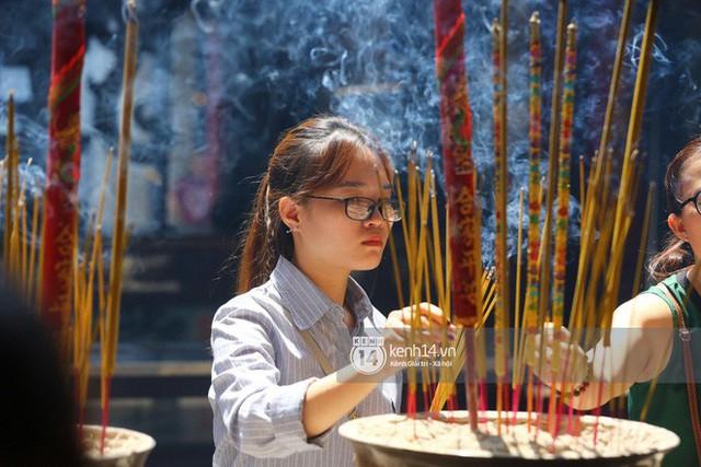 Người dân ùn ùn rủ nhau đến 4 ngôi chùa xóa ế nổi tiếng nhất Sài Gòn cầu duyên - Ảnh 32.