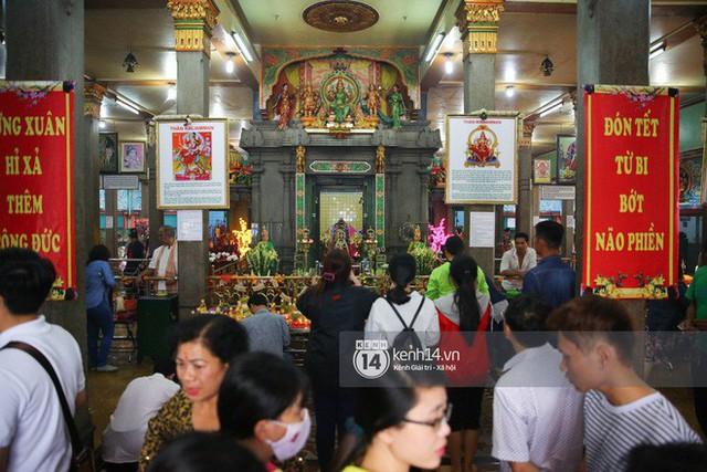 Người dân ùn ùn rủ nhau đến 4 ngôi chùa xóa ế nổi tiếng nhất Sài Gòn cầu duyên - Ảnh 35.
