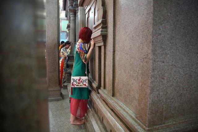 Mồng 3 Tết, người Sài Gòn đi chùa, úp mặt trò chuyện với tường đá trong ngôi đền Ấn giáo trăm tuổi - Ảnh 5.