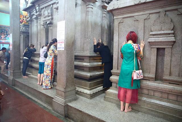 Mồng 3 Tết, người Sài Gòn đi chùa, úp mặt trò chuyện với tường đá trong ngôi đền Ấn giáo trăm tuổi - Ảnh 7.