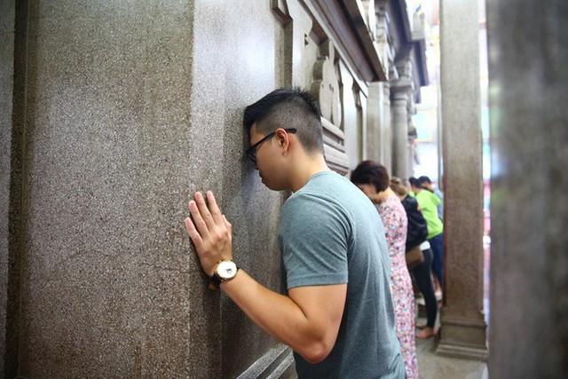 Mồng 3 Tết, người Sài Gòn đi chùa, úp mặt trò chuyện với tường đá trong ngôi đền Ấn giáo trăm tuổi - Ảnh 8.