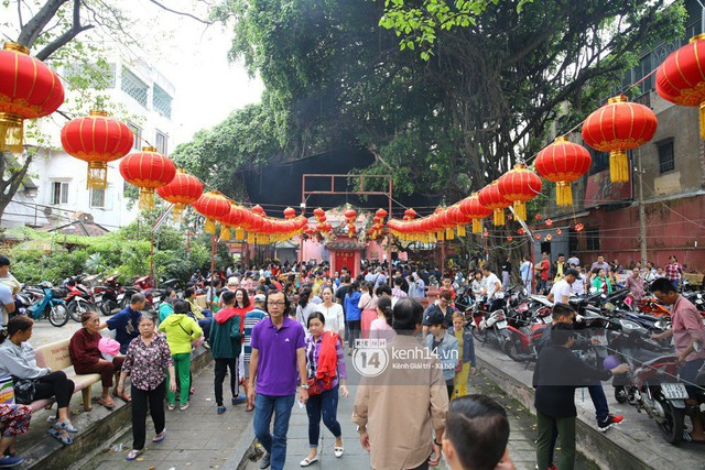Người dân ùn ùn rủ nhau đến 4 ngôi chùa xóa ế nổi tiếng nhất Sài Gòn cầu duyên - Ảnh 9.