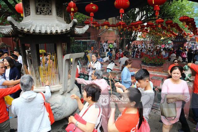 Người dân ùn ùn rủ nhau đến 4 ngôi chùa xóa ế nổi tiếng nhất Sài Gòn cầu duyên - Ảnh 10.
