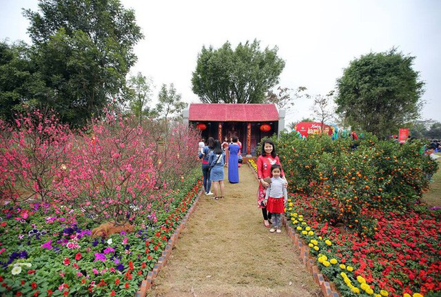 Thích thú với cảnh đi cà kheo tại lễ hội xuân 3 miền ở Hà Nội - Ảnh 1.