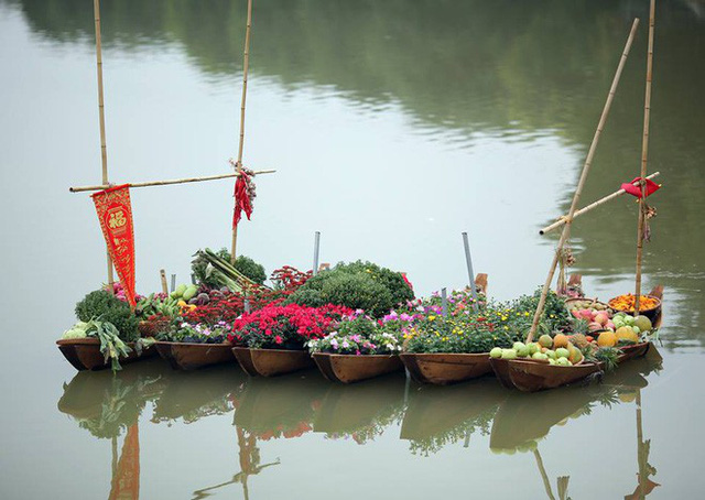 Thích thú với cảnh đi cà kheo tại lễ hội xuân 3 miền ở Hà Nội - Ảnh 2.