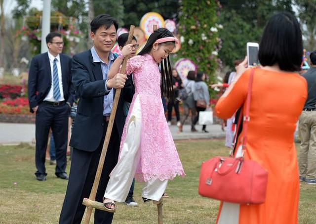 Thích thú với cảnh đi cà kheo tại lễ hội xuân 3 miền ở Hà Nội - Ảnh 11.