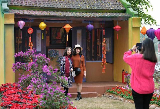 Thích thú với cảnh đi cà kheo tại lễ hội xuân 3 miền ở Hà Nội - Ảnh 3.