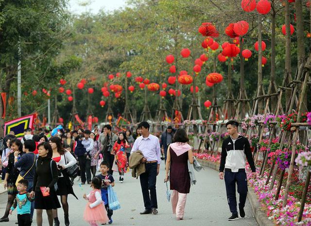 Thích thú với cảnh đi cà kheo tại lễ hội xuân 3 miền ở Hà Nội - Ảnh 5.