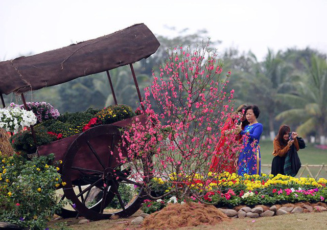 Thích thú với cảnh đi cà kheo tại lễ hội xuân 3 miền ở Hà Nội - Ảnh 7.