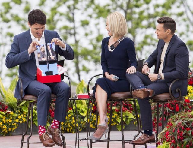 """Chẳng phải trang phục, giờ đây những đôi tất của Thủ tướng Canada mới là thứ người ta muốn """"bóc giá"""" - Ảnh 12."""