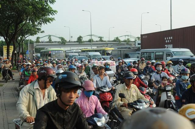 Nước dâng ngập lút bánh xe trên nhiều tuyến đường ở Sài Gòn - Ảnh 4.