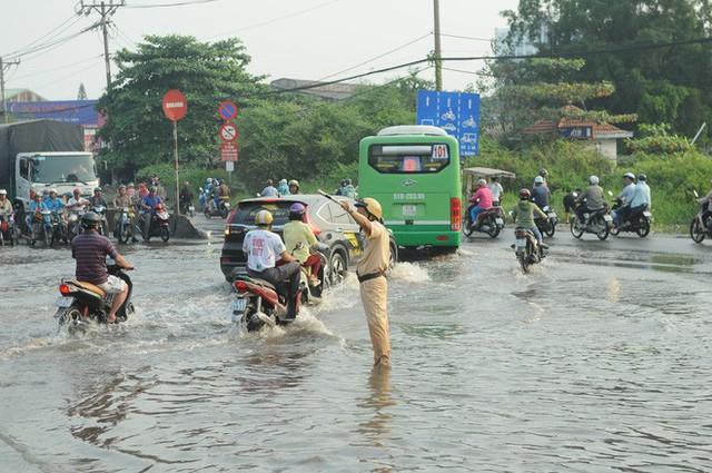 Nước dâng ngập lút bánh xe trên nhiều tuyến đường ở Sài Gòn - Ảnh 5.