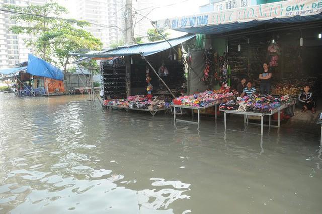 Nước dâng ngập lút bánh xe trên nhiều tuyến đường ở Sài Gòn - Ảnh 7.